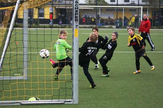 TuS F2-Jugend im Freundschaftsspiel gegen die F4 der SpVgg. Steele. - Fotos: mage.
