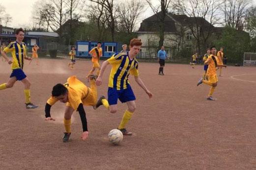 TuS B-Jugend im Spiel bei der B2 von Fortuna Bredeney. - Fotos: lua.
