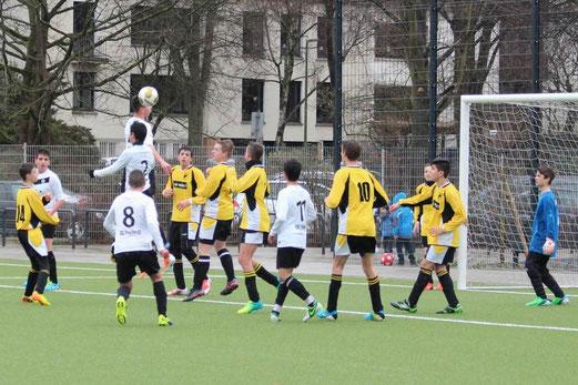 Lufthoheit der Gäste: TuS C-Jugend im Heimspiel gegen ESC Preußen. - (Foto: abo).