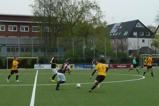 TuS Zweite Mannschaft im Spiel gegen die Zweite Mannschaft von TuS 84/10. - Fotos: mal.