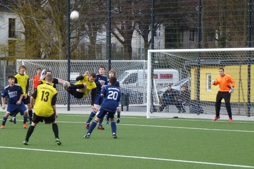 TuS B-Jugend im Freitagabendspiel gegen den VfB Frohnhausen (Foto: mal).