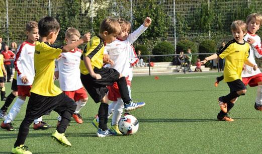 Bambini 1 im Spiel gegen ESC Rellinghausen (oben), Bambini 3 gegen Teutonia Überruhr (unten) - Fotos: dabu.