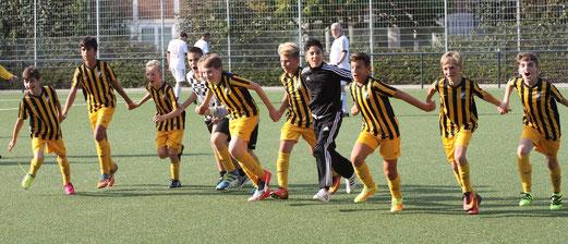 TuS D1-Jugend im Heimspiel gegen VfB Frohnhausen. - Fotos: pad.