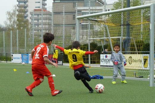 Treffer Nummer sechs: TuS Bambini 1 im Spiel gegen AL-ARZ Libanon 08. - Fotos: mal (1-5), dabu (6-10).