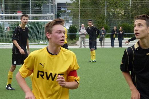 Typisches Kampfspiel: TuS B-Jugend (schwarze Trikots) gegen den FC Karnap (Foto: mal).