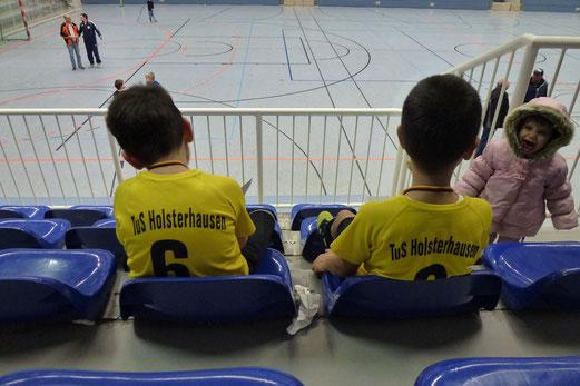 Wie man sieht, die Fans waren begeistert: TuS Bambini 1 bei der Hallenwinterrunde Am Hallo (Foto: mal).