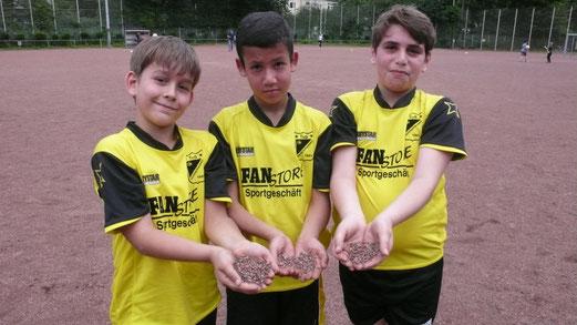 30.06.2012: Felix, Rashid und Justin verabschieden die Asche. (Foto: r.f.)
