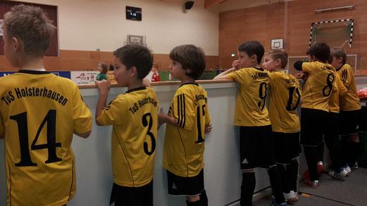 TuS F3 beim Hallenturnier in Brüggen (Fotos 1-3, oben: tisa), E1 beim Futsal-Cup des Kreises (Fotos 4-5, unten: a.k.)