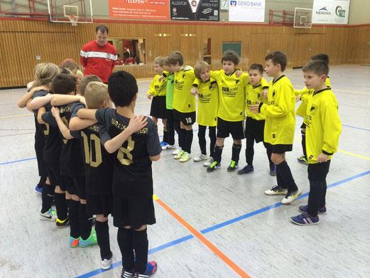Vor dem Spiel um Platz 3: TuS E3-Jugend und die Mannschaft von Wattenscheid 09. - (Foto: p.d.).