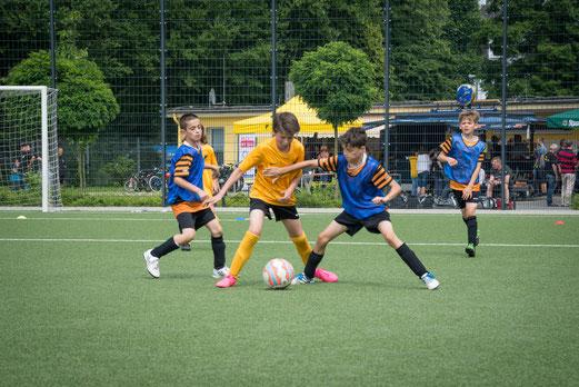 TuS E1 gegen SG Kupferdreh-Byfang (5:0), SpVgg. Steele (3:0) und im Finale gegen ETB U10 (2:1). - Fotos: r.f.