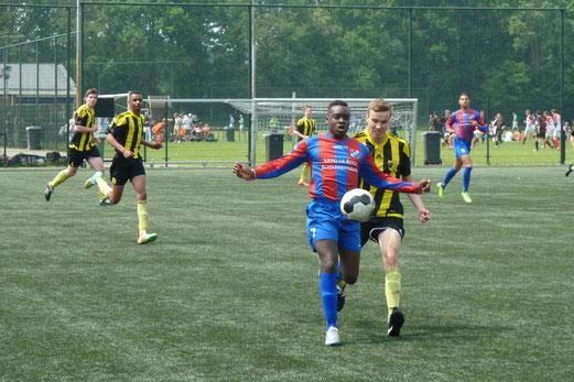TuS A-Jugend in den Gruppenspielen beim Turnier in den Niederlanden. - Fotos: mal.