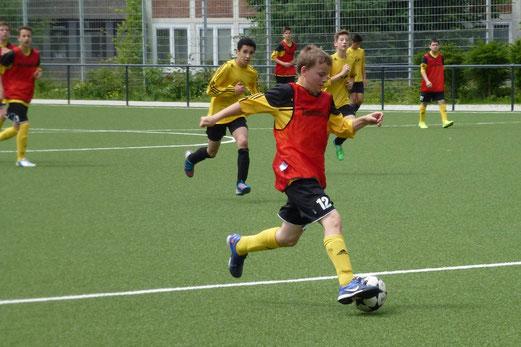 TuS C-Jugend (rote Leibchen) im Spiel gegen VfL Sportfreunde 07 (Foto: mal).