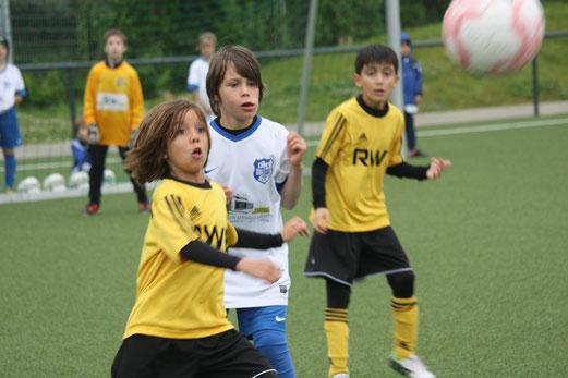 TuS F1-Jugend im Spiel gegen DJK Blau-Weiß Mintard (0:1). - (Foto: o.k.).