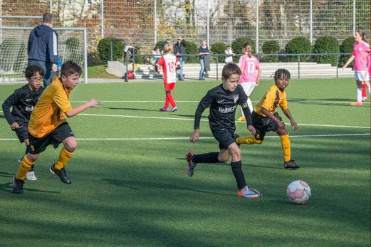 TuS E2-Jugend gegen Eintracht Borbeck. - Foto oben: r.f., unten links: a.k. - Foto unten re. F4 bei Saloniki, Foto: m.d.
