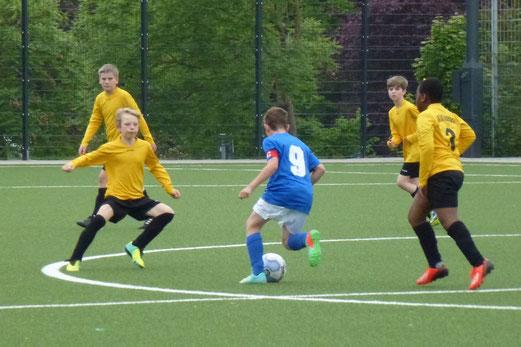 TuS E1-Jugend im Spiel gegen SG Schönebeck 2. - (Foto: mal).