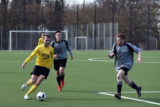 TuS Zweite Mannschaft im Heimspiel gegen SC Frintrop 3. - Fotos: a.s.