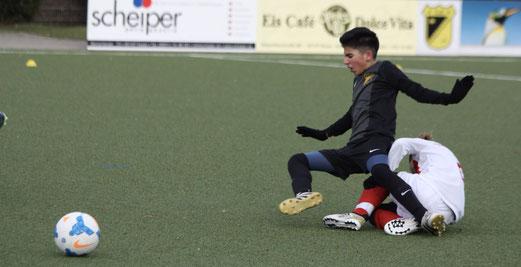 TuS D1-Jugend im Spiel gegen die D1 des TuSEM. - Fotos: pad.