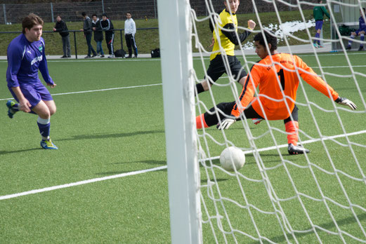 Lukas Gruhs erzielt das 2:0 für die TuS A-Jugend gegen den SC Phönix, Endstand: 5:1. (Foto: r.f.).