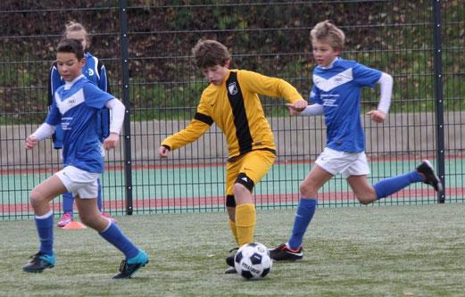 TuS D2-Jugend im Auswärtsspiel bei der D4 der SG Schönebeck. - Fotos: p.d.
