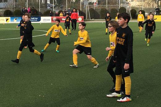 TuS D2-Jugend im Spiel gegen die D2 von Sportfreunde 07. - Fotos: m.z.
