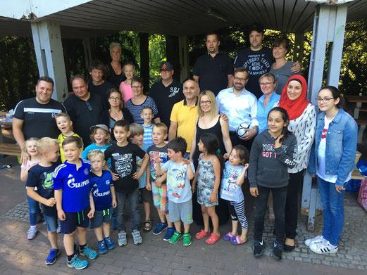 TuS Bambini 2 verabschiedeten Trainer, Betreuerinnen und Spieler. - Foto: mannschaftsintern.