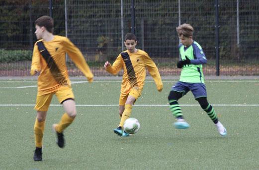 TuS C1-Jugend im Spiel gegen die C2 des FC Kray. - Fotos: pad.