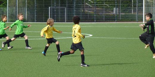 Tor für den TuS: F2-Jugend im Spiel gegen Eintracht Borbeck (Foto: mal).