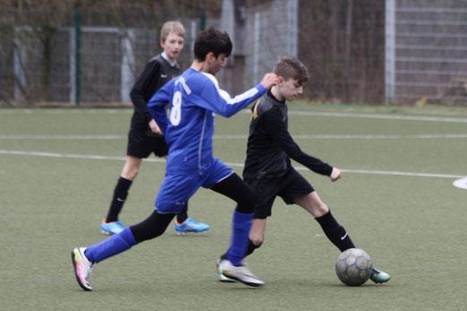 TuS D1-Jugend im Spiel beim VfB Frohnhausen. - Fotos: pad.