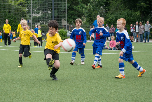TuS Bambini 1 im Spiel gegen Blau-Weiß Langenberg (4:0). - Fotos: r.f.