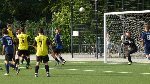 Lattentreffer: TuS A-Jugend im Abendspiel gegen Fortuna Bredeney (Foto: mal).