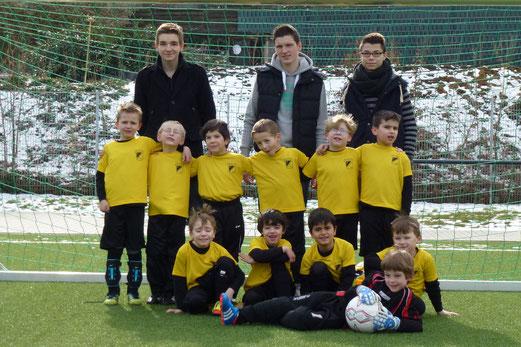 Das heutige Spieler- und Trainerkollektiv: TuS Bambini 1 beim Fußball Treff an der Pelmanstraße. (Foto: mal).