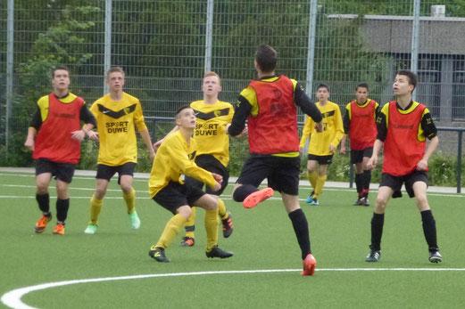 Auftakt der TuS Turnier Tage: TuS B-Jugend (rote Leibchen) im Spiel gegen Teutonia Überruhr (Foto: mal).