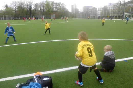 TuS F2-Jugend im Spiel gegen die F3 des SC Phönix (Foto: m.d.).