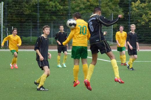 Ein hartes Stück Arbeit: B1-Jugend im Heimspiel gegen den FC Karnap. - Foto: mal.