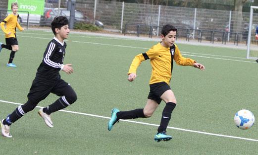 TuS D1-Jugend im Spiel gegen TuRa 86. - Fotos: pad.