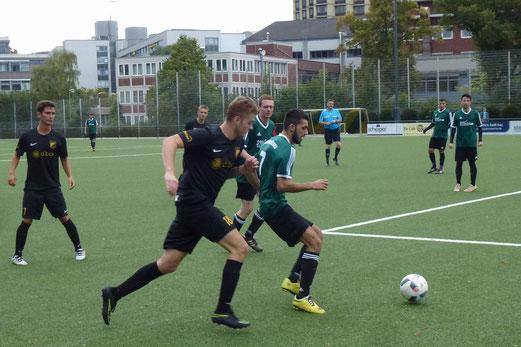 TuS Zweite Mannschaft im Spiel gegen Atletico Essen. - Fotos: mal.