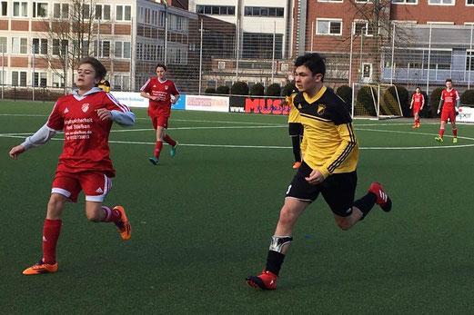 TuS B-Jugend im Spiel gegen den FSV Kettwig. - Fotos: lua.