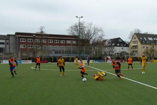 Trainingsspiel Erste gegen Zweite. - Oben, TuS B-Jugend gegen Blau-Weiß Mintard 2. - Fotos: mal.