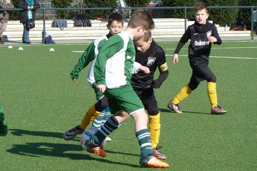 TuS E2-Jugend im Heimspiel gegen die E1 von Adler Union Frintrop. - Fotos: mal.