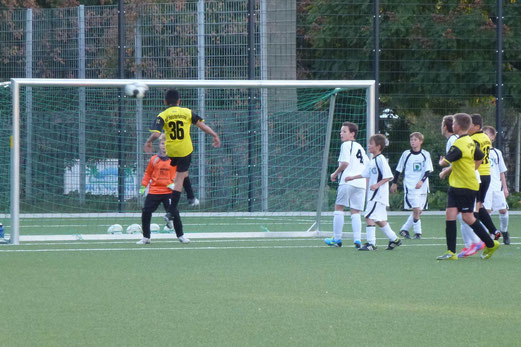 TuS D1-Jugend im Pokalspiel gegen Union Frintrop - Daniel Berisa beim Kopfball (Foto: mal).