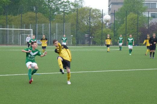 TuS C-Jugend im Dienstagabendspiel gegen Adler Frintrop 2 an der Pelmanstraße (Foto: mal).