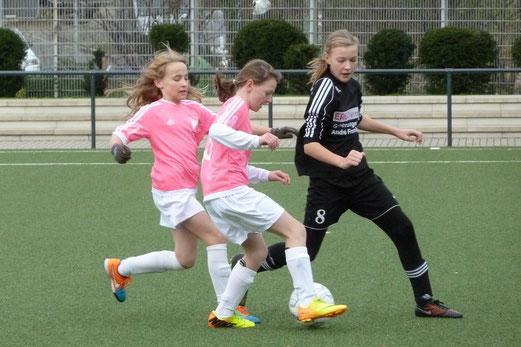 TuS U13 Mädchen im Heimspiel gegen GSV Langenfeld-Wiescheid. - Fotos: mal.