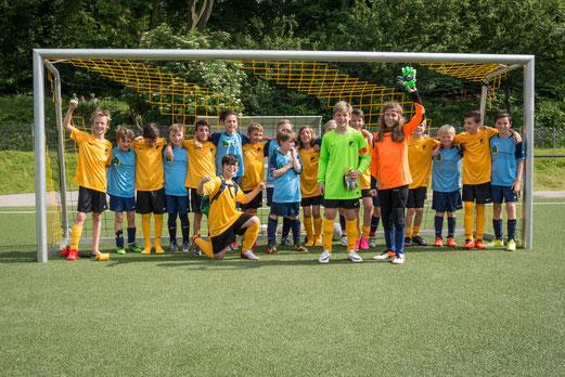 Befreundete E1-Teams TuS Holsterhausen und SG Schönebeck. - Foto: r.f.