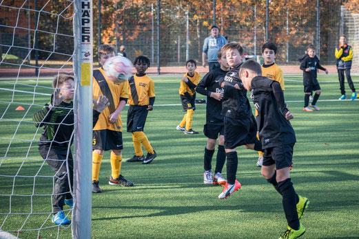 TuS E2-Jugend im Testspiel gegen DJK Eintracht Borbeck. - Fotos: r.f.