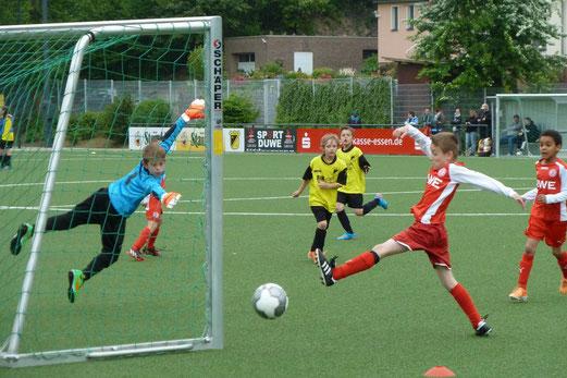 TuS F1-Jugend im Heimspiel gegen die F1 von Rot-Weiss Essen. - Fotos: mal.