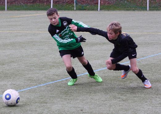 TuS D2-Jugend im Auswärtsspiel bei der D3 von Adler Union Frintrop. - Fotos: p.d.