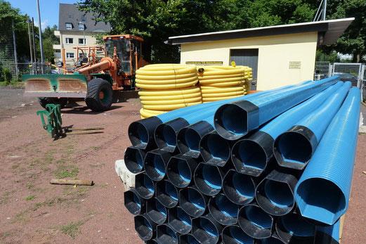 30.07.2012: Blaue Rohre, gelbe Schläuche - die künftige Drainage (Foto: mal).