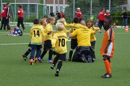 F2-Jgd. Turnier Finale: TuS Holsterhausen - Ballfreunde Bergeborbeck - Abpfiff (Foto: mal).