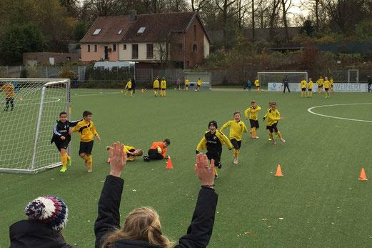 TuS E2-Jugend nach dem Abpfiff des Testspiels gegen die E-Jugend von Ballfreunde Bergeborbeck. - Foto: a.k.