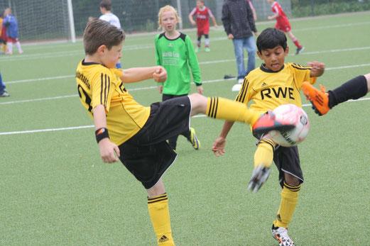 Gleiche Szene, andere Perspektive: TuS F1-Jugend im Spiel gegen DJK Eintracht Borbeck (0:1). - (Foto: o.k.).